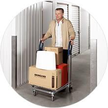 Entreposage des affaires dans le garde-meuble ou box de stockage